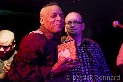 Elito Revé recevant le prix fiestacubana.net des mains de DJ Jack el Calvo